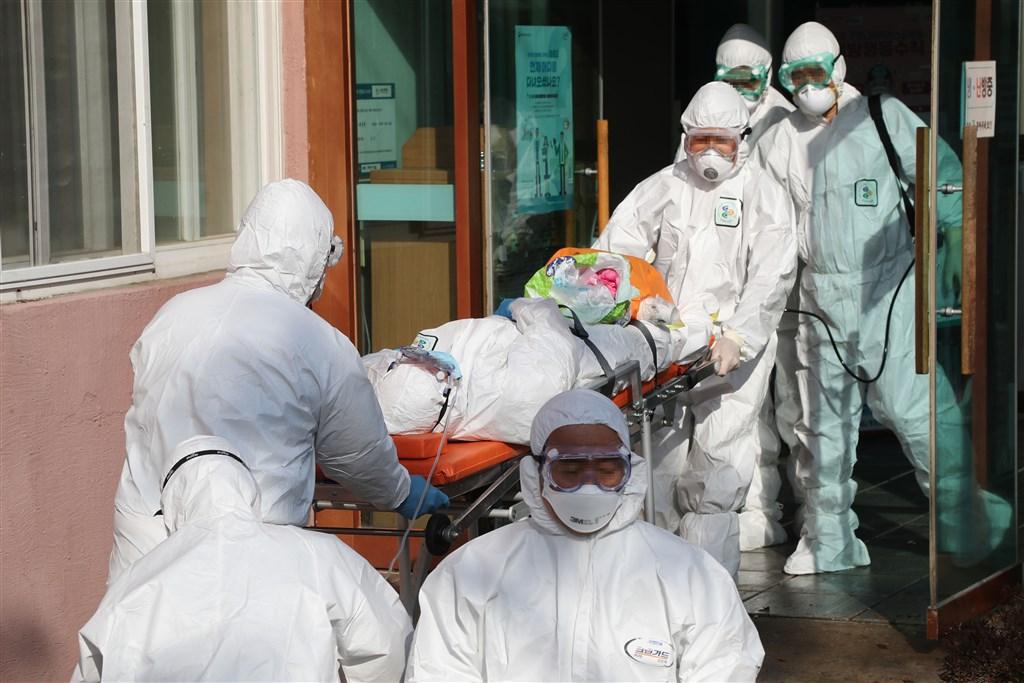 根據韓國KBS快報,武漢肺炎確診者暴增142人,韓國總計確診達346例。圖為醫護人員移轉疑似感染武漢肺炎的病患。(韓聯社提供)