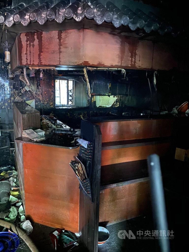 新北市一家拉麵店22日中午更換瓦斯管線時不慎起火,廚房燃燒毀損,3人送醫。(翻攝畫面)中央社記者黃旭昇新北傳真 109年2月22日