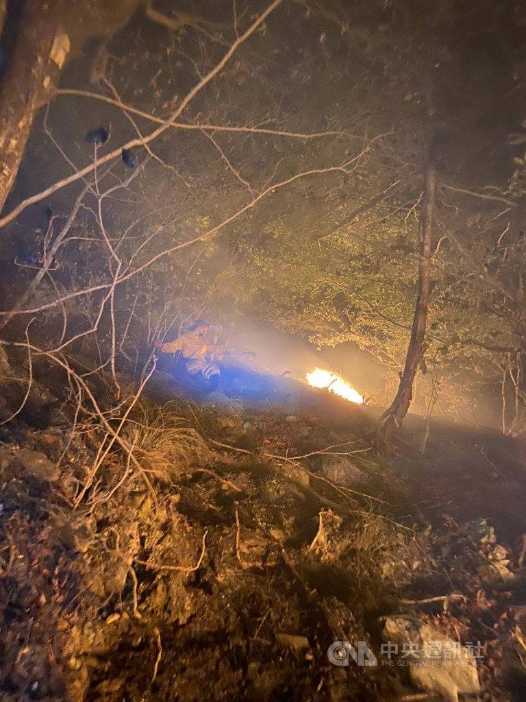 台8臨37線(中橫便道)5.4K處馬陵路段邊坡20日下午發生森林火警,東勢林區管理處立即調度國家森林救火隊前往滅火。(東勢林區管理處提供)中央社記者蘇木春傳真 109年2月22日
