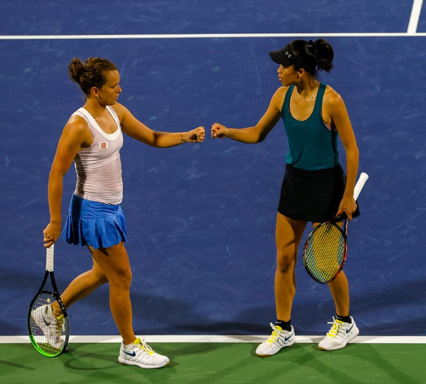 世界雙打球后謝淑薇(右)21日和捷克搭檔史翠可娃(左)在杜拜女網賽女子雙打4強戰,以7比5、6比3淘汰加拿大女將達布洛夫斯基與中國張帥跨國組合。(圖取自twitter.com/DDFTennis)