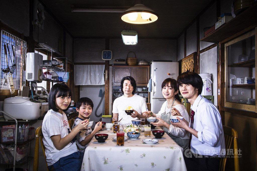 日本電影「最初的晚餐」透過家常料理詮釋家人情感連結,演員永瀨正敏(右3)飾演戲中關鍵角色,他坦言,在接演前一年甫經喪母之痛,對角色詮釋有更深的感觸。(威視電影提供)中央社記者陳秉弘傳真 109年2月23日
