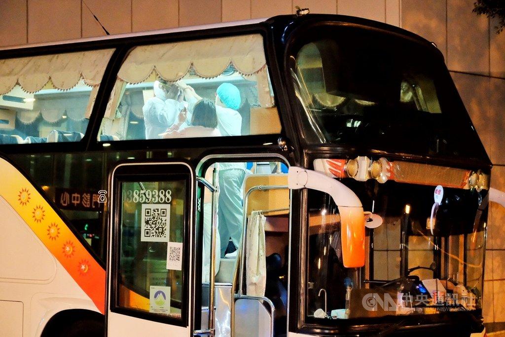 鑽石公主號19名返台旅客23日確定2次採檢結果均為陰性,所有旅客將送至集中檢疫所完成14天的隔離檢疫。負責接送的遊覽車晚間6時40分許抵達醫院門口,車上的司機、醫護人員隨即在車上穿上防護衣及戴口罩、防護眼罩和手套,疾管署人員也不停地與司機及隨行人員確認相關細節。中央社記者吳睿騏桃園攝 109年2月23日