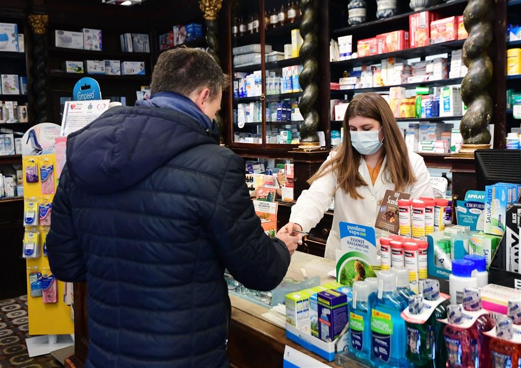 義大利武漢肺炎疫情激增,讓原本不習慣戴口罩的義大利民眾也紛紛上街或上網瘋搶口罩。米蘭市區多數藥局口罩都已完售,100枚盒裝口罩價格甚至飆至100歐元。圖為米蘭東南部科多諾的一間藥局。(法新社提供)