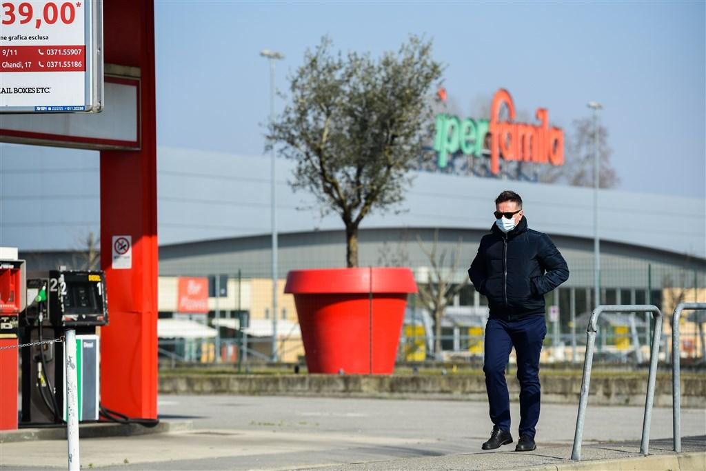 義大利北部小鎮科多諾壟罩在武漢肺炎的陰影下,街道死寂一片,商店大門深鎖。(法新社提供)
