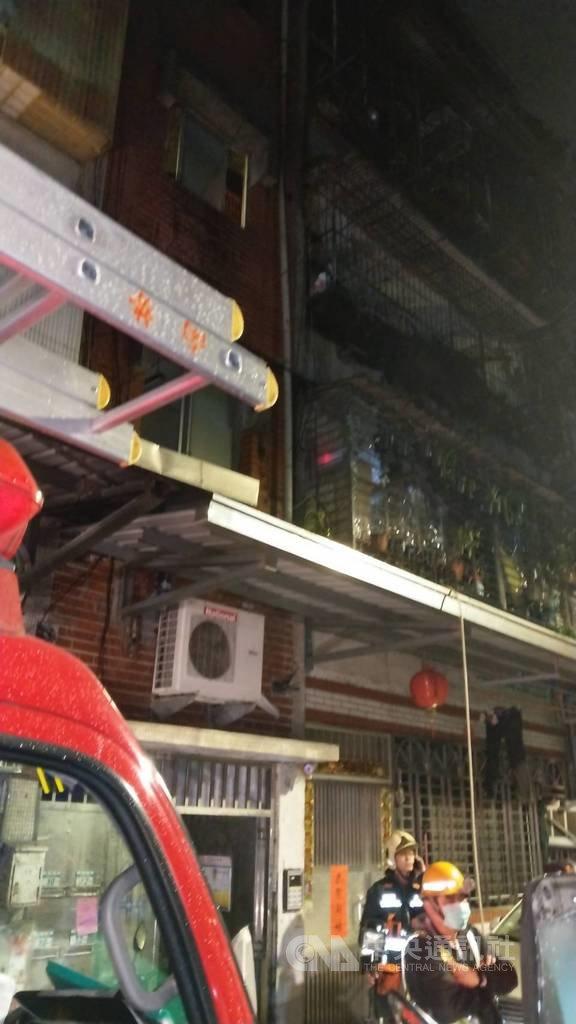 新北市中和區連城路某5樓公寓23日凌晨傳火警,警消迅速到場滅火並救出屋主夫妻及兒子3人送醫,兒子一度無呼吸心跳,經急救後恢復生命跡象。(翻攝畫面)中央社記者王鴻國傳真 109年2月23日