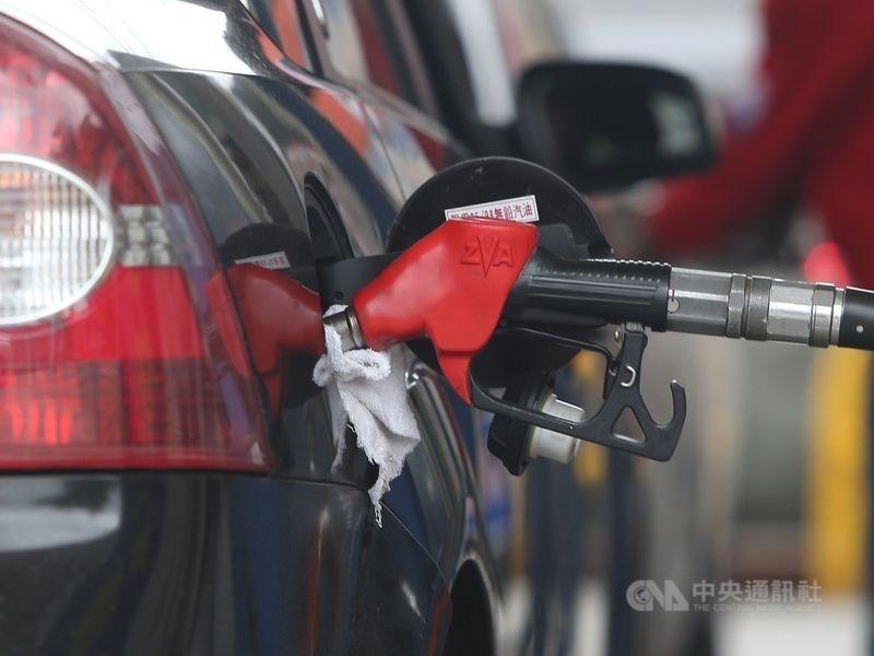 國際油價走高,台灣中油公司23日表示,汽柴油24日凌晨零時起,每公升各調漲新台幣0.6及0.7元。(中央社檔案照片)
