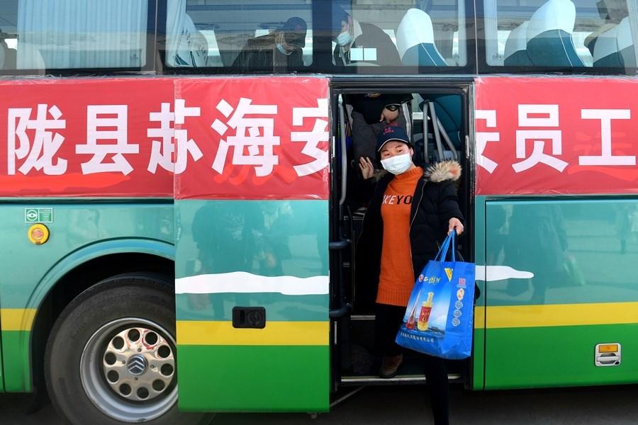 中共總書記習近平23日針對武漢肺炎表示,疫情形勢嚴峻複雜但仍要有序恢復生產、生活秩序。圖為江蘇一間企業員工搭乘公司包車。(中新社提供)