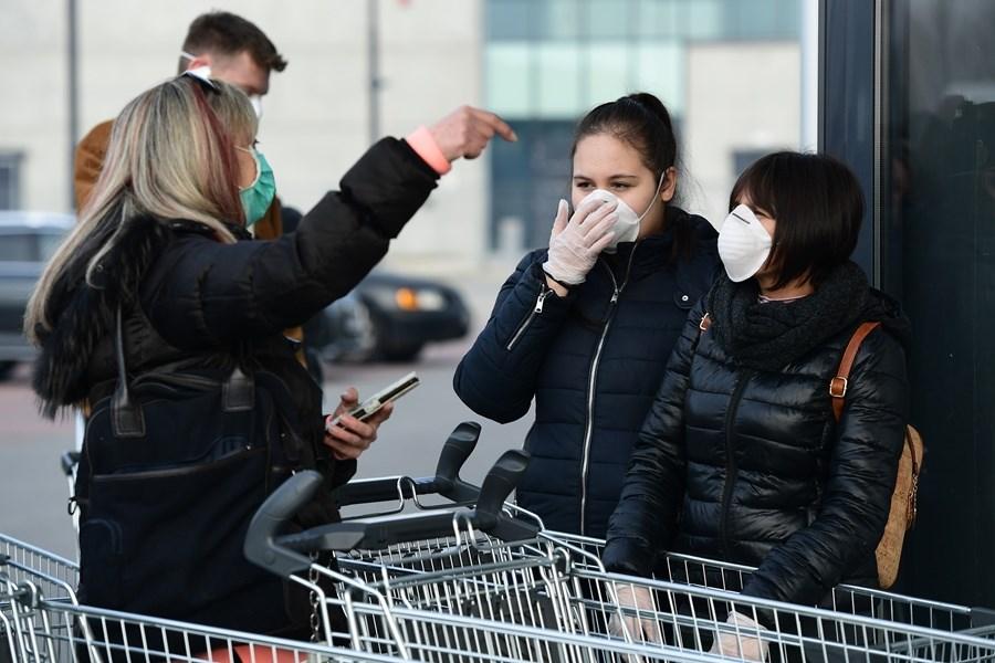 義大利衛生官員23日表示,一名罹患癌症的年長女性因為感染武漢肺炎不治,成為境內第3起死亡病例。圖為義大利民眾戴口罩購物。(法新社提供)