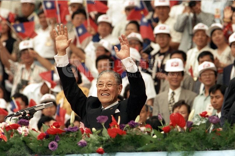 民國85年首次由公民直選總統副總統,由李登輝、連戰當選,李登輝(前)在就職典禮上舉雙手向表演人員及觀眾致意。(中央社檔案照片)