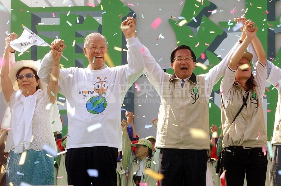 「二二八手護台灣」活動民國93年2月28日在全台各地展開,時任總統陳水扁(右2)與前總統李登輝(左2)一起在苗栗縣總指揮站與全台上百萬民眾倒數計時,共同完成歷史創舉。(中央社檔案照片)