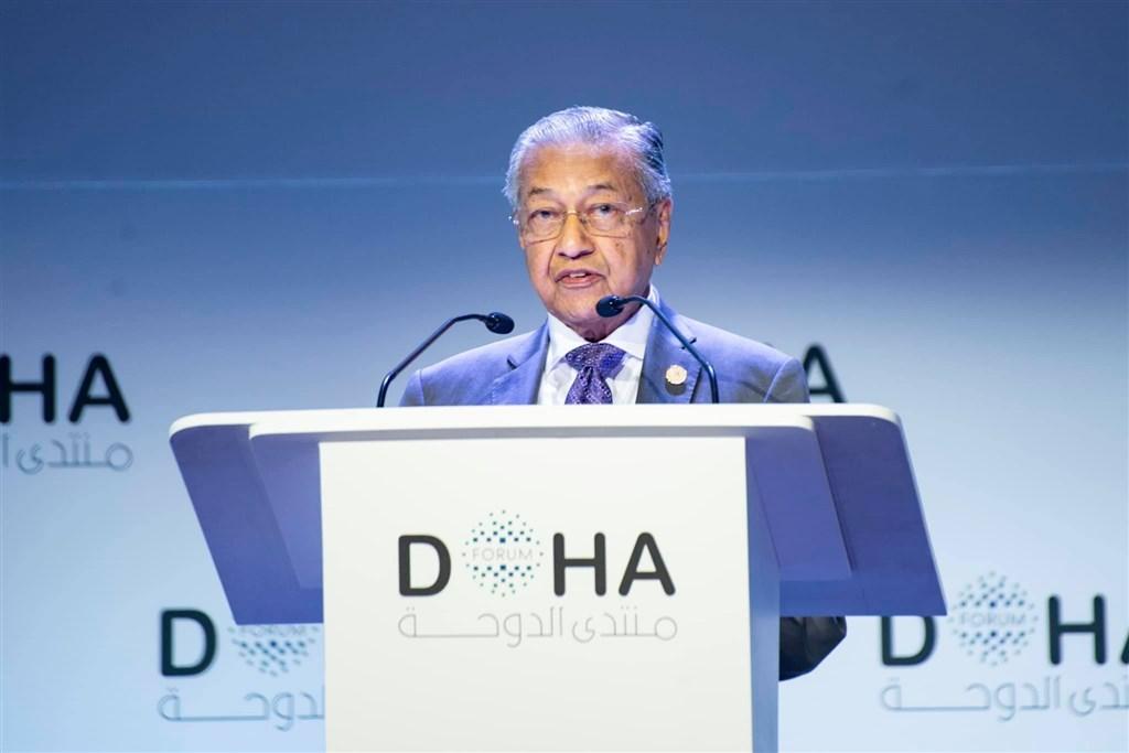 馬來西亞首相馬哈地(圖)24日宣布辭職,並接受過渡首相的峰迴路轉,看似身陷險境,實則絕處逢生。(圖取自facebook.com/TunDrMahathir)