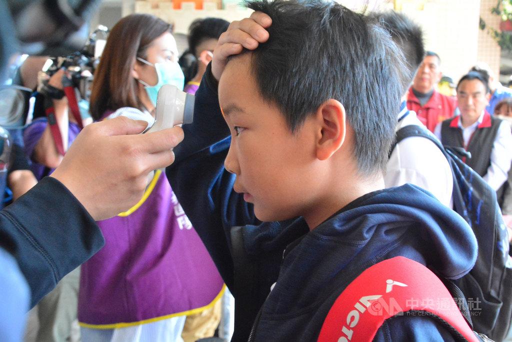 新北市政府24日在板橋區大觀國小舉行校園防疫演練,要求學生在進入學校前必須接受額溫測量,以隨時掌握學生的身體健康狀況。中央社記者黃旭昇新北攝 109年2月24日