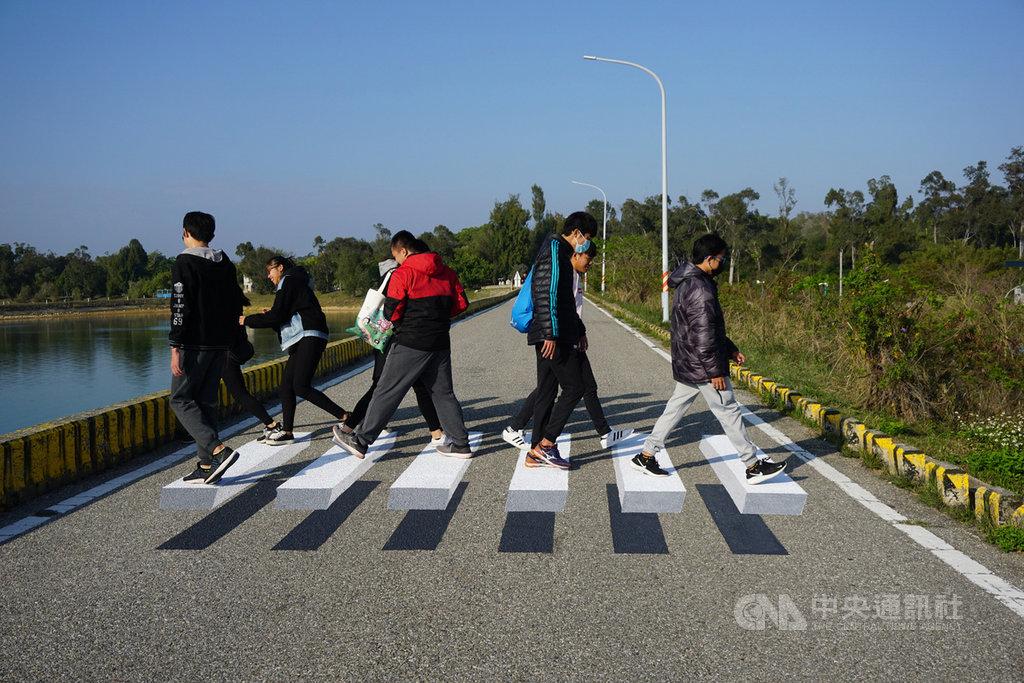 金門出現了一條「漂浮斑馬線」,這是台灣年輕彩繪師為金湖鎮所製作的3D地景。一群學生24日前來拍照,並稱讚斑馬線新鮮好玩。中央社記者黃慧敏攝 109年2月24日