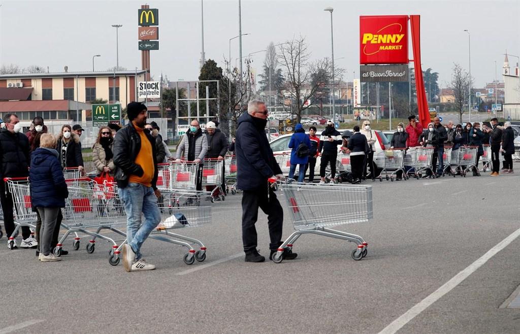 義大利政府22日下令封鎖境內11座城鎮。成千上萬義大利人紛紛繃緊神經,為可能持續數週的隔離措施做準備。(路透社提供)