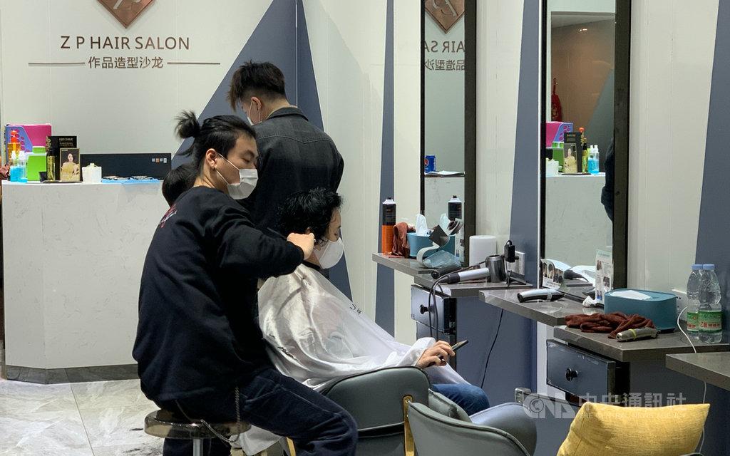 受2019冠狀病毒疾病影響,停業已久的理髮廳24日開張,但難現往年盛況,有設計師指業績大跌,擔心「都快付不起房租了」。中央社記者沈朋達上海攝  109年2月24日