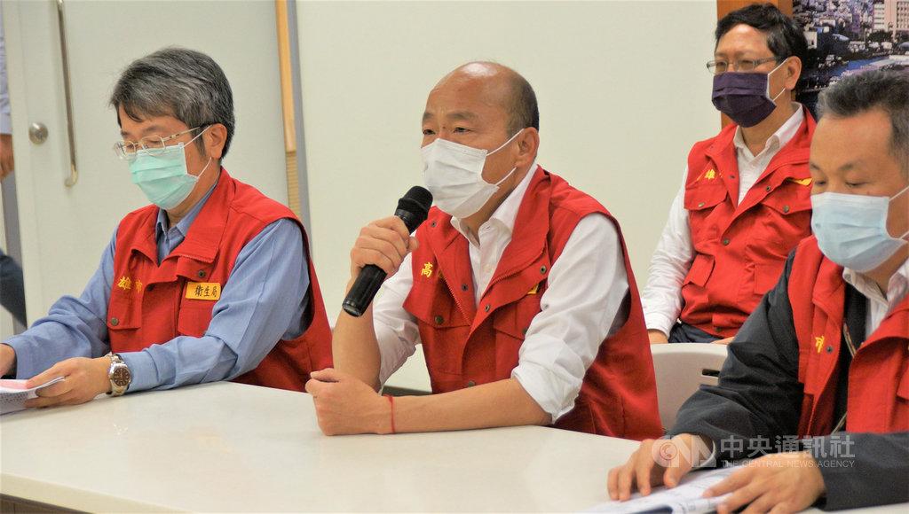 高雄市長韓國瑜(前中)24日宣布,市府公務員3月2日起暫緩出遊旅遊警示第2級的日本、新加坡、第3級的中、港、澳、南韓等國家。中央社記者程啟峰高雄攝  109年2月24日