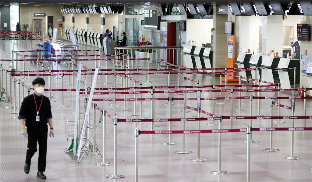 美國疾病管制暨預防中心24日表示,有鑑於武漢肺炎疫情,美國公民應避免所有非必要的南韓旅行。圖為關閉中的大邱機場。(韓聯社提供)
