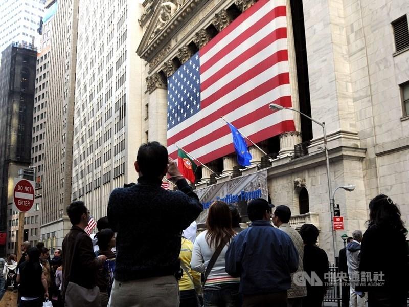 美股道瓊期貨盤指數24日一度重挫逾700點,分析師指出,若美股跌幅超過2%甚至3%,台股25日跌勢可能加大。圖為紐約證交所。(中央社檔案照片)