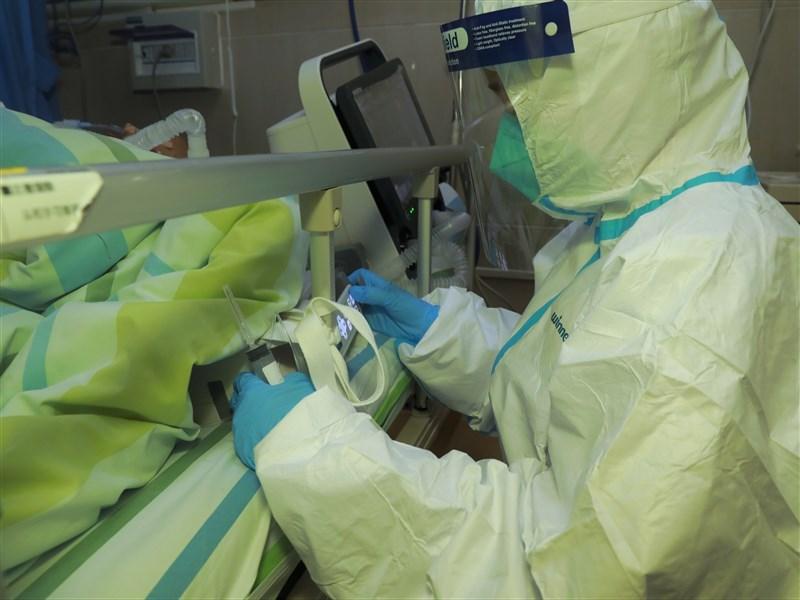 武漢市協和江北醫院醫師夏思思,因罹患武漢肺炎致死,得年僅29歲。圖為武漢中南醫院搶救武漢肺炎患者。(中新社提供)