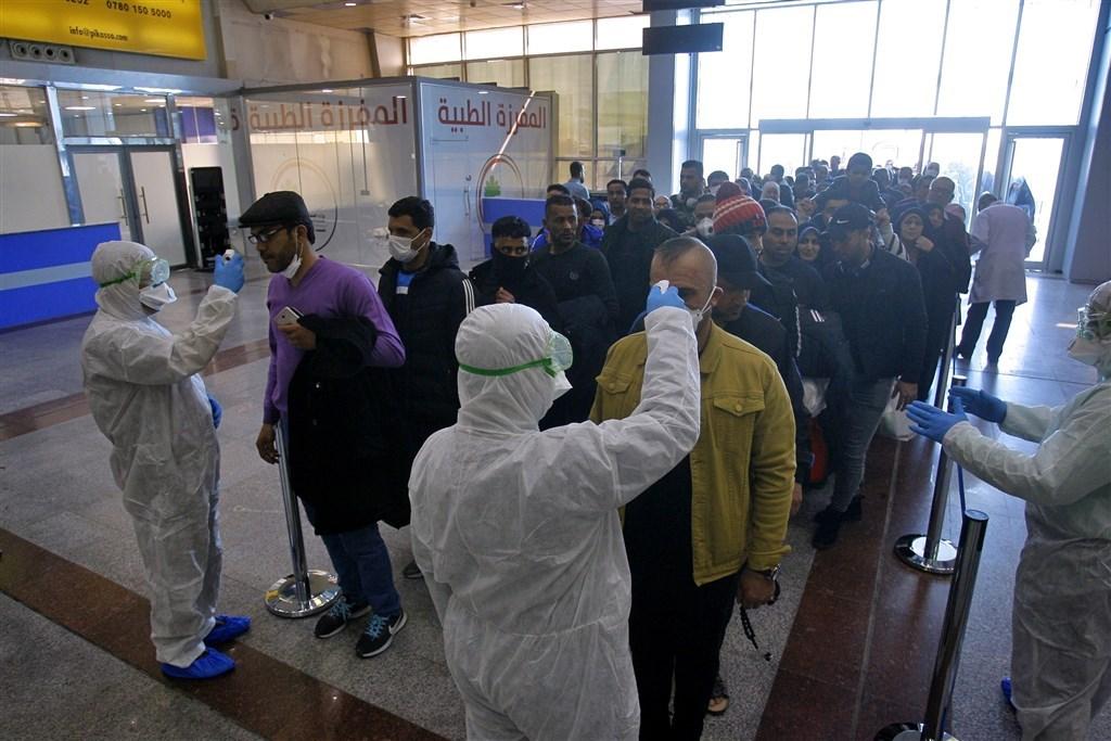 伊朗武漢肺炎疫情發燒,確診人數今天來到61人,死亡數達到12人,是中國以外死亡人數最多的國家。圖為伊拉克納加夫國際機場對來自伊朗的旅客進行檢疫。(美聯社)