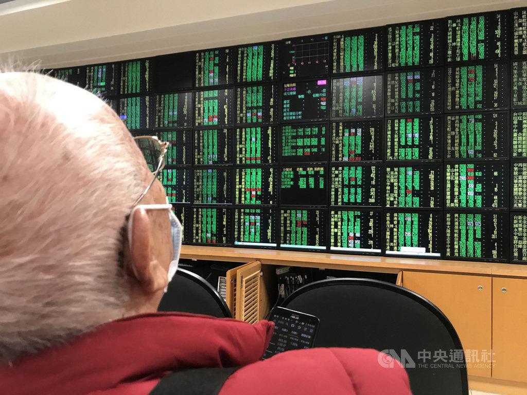 受到美股重挫拖累,台股25日同步拉回,但跌幅相對輕微,早盤一度下跌逾百點後收斂。中央社記者徐肇昌攝 109年2月25日