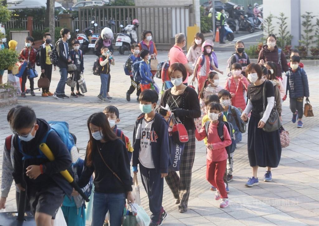 因應武漢肺炎疫情,高雄市左營區新上國小25日開學首日設置多道體溫測量動線,學生依序通過紅外線體溫感測裝置後,確認沒發燒才能進入校園。中央社記者董俊志攝 109年2月25日