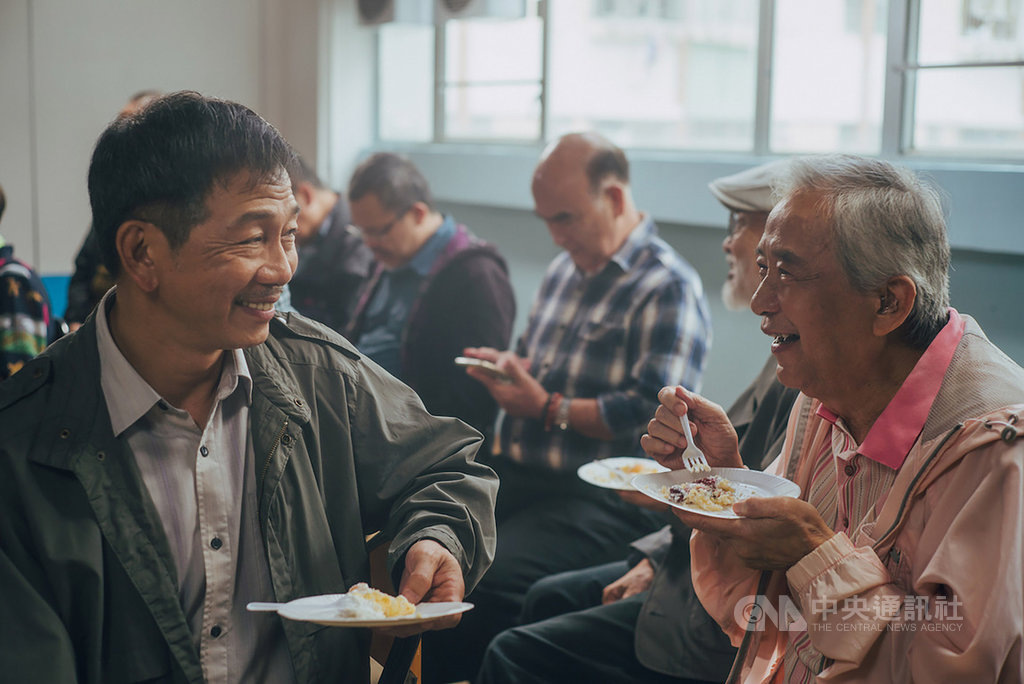 香港男星袁富華(左)近日在新片「叔.叔」中,再度飾演同志角色,袁富華並透露,片中一場照顧獨居老年同志的戲讓他最為感傷,「彷彿看見自己年長時的模樣。」(采昌國際提供)中央社記者鄭景雯傳真 109年2月25日