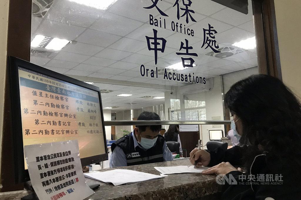 台南市一家托嬰中心傳出教保人員疑似不當照顧,中華民國兒童權益促進協會理事長王薇君25日帶著民眾提供的監視器畫面到台南地檢署告發業者。中央社記者楊思瑞攝  109年2月25日