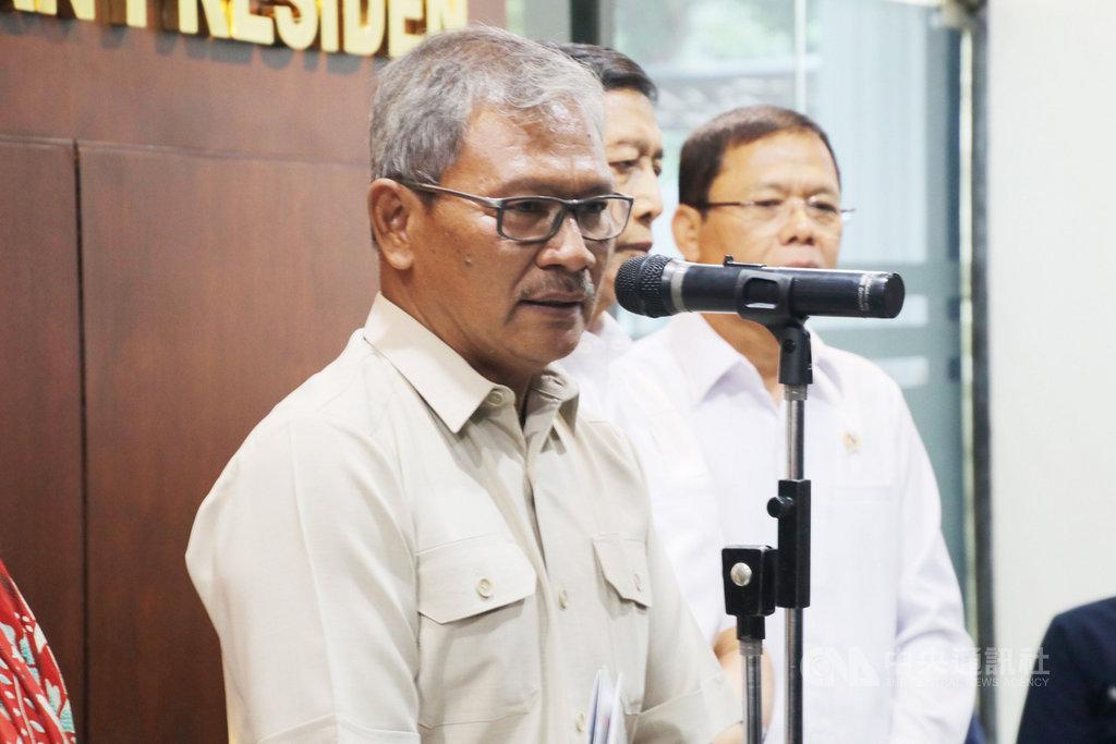 印尼衛生部疾病管制及預防局秘書長艾瑪德(左一)指出,在日本確診武漢肺炎、曾旅遊印尼的男子,不是感染武漢肺炎,而是SARS-CoV-2。印尼媒體指出,他的說法令人困惑。圖為艾瑪德17日出席一場記者會。中央社記者石秀娟雅加達攝  109年2月25日