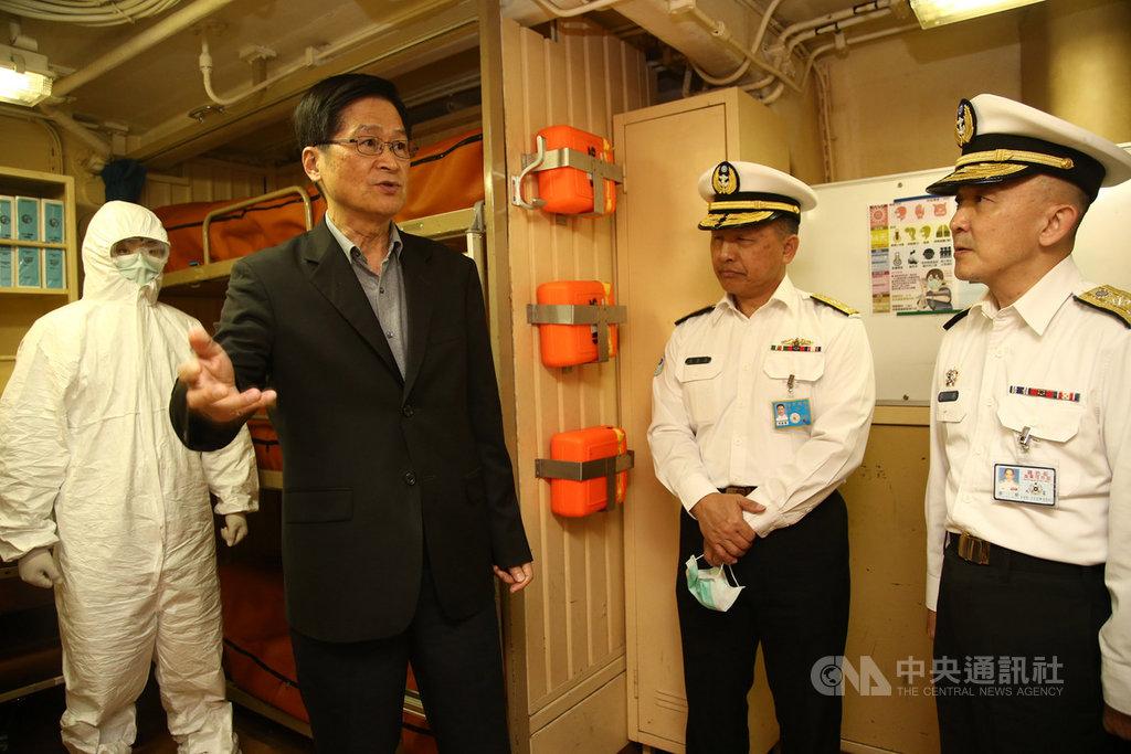 由於海軍艦艇艙間為密閉空間,國防部長嚴德發(左2)25日登艦,並規劃隔離碼頭因應突發狀況。(軍聞社提供)中央社記者游凱翔傳真 109年2月25日