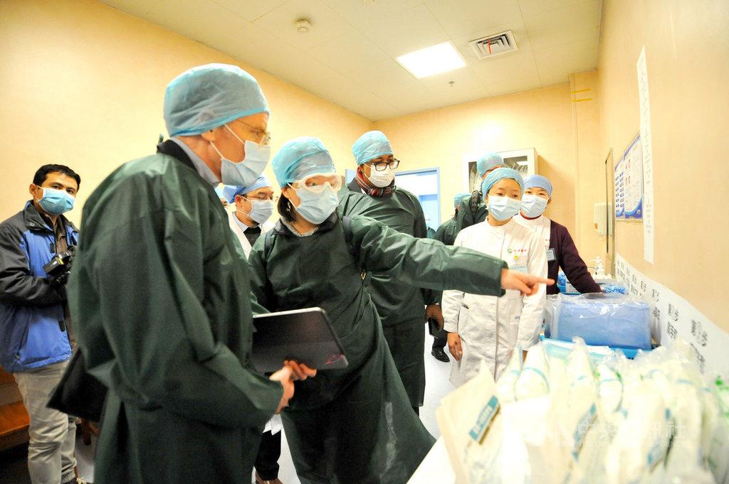 世界衛生組織(WHO)派往中國的專家團隊,24日被指進入武漢醫院考察疫情後,未遵守隔離檢疫14天的規定,就搭機離開中國。圖為專家組組長艾沃德(左2)23日率團進入同濟醫院光谷院區考察。(中新社提供)中央社 109年2月25日