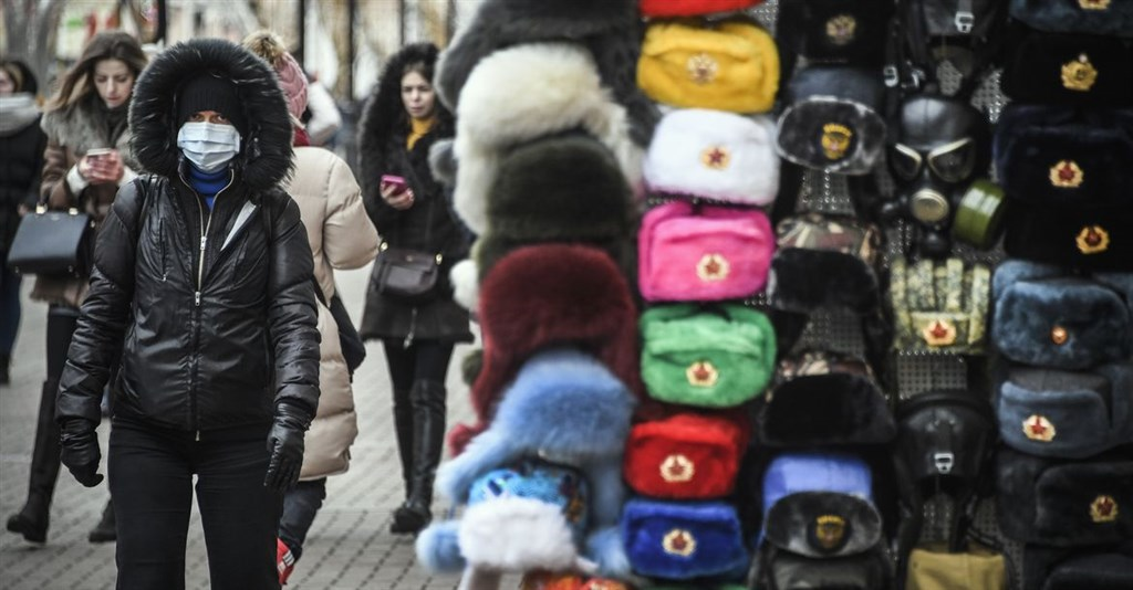 為防武漢肺炎疫情擴大,俄羅斯加強防疫。外交部發言人歐江安25日晚間指出,目前有2名台籍民眾因出現發燒等症狀,仍留置醫院接受隔離檢疫。圖為莫斯科阿爾巴特街頭有民眾戴口罩。(法新社提供)