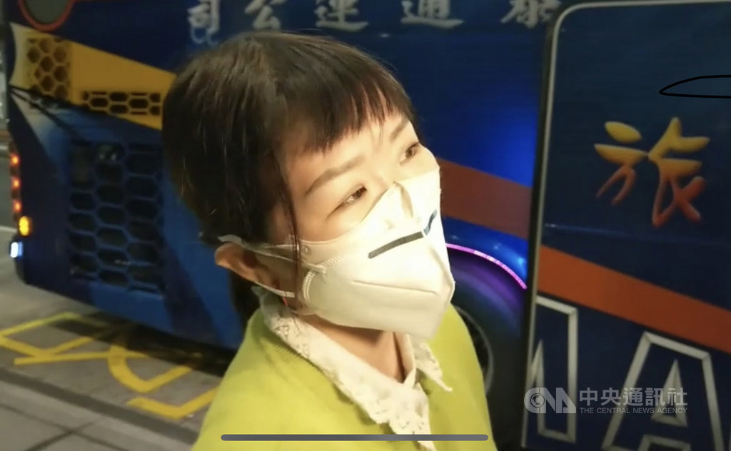 武漢肺炎疫情延燒,滯留中國湖北的血友病少年與母親24日深夜搭機返台,而在同飛機上的返台旅客表示,班機上旅客之間的座位「距離都很開」,也沒有注意到彼此。中央社記者邱俊欽桃園機場攝 109年2月25日