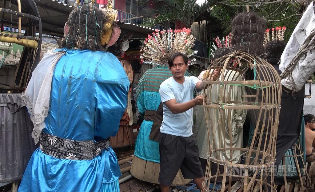 在雅加達中區ondel-ondel製作巴達維亞人偶的冷戈說,雅加達省政府想要禁止巴達維亞人偶街頭演出,可能會加速巴達維亞文化的失落。中央社記者石秀娟雅加達攝 109年2月25日