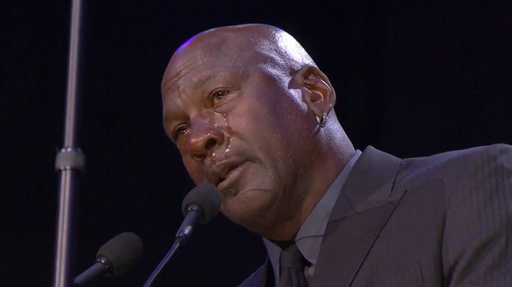 「籃球之神」喬丹在已故籃球明星布萊恩追思會上淚流滿面,回憶Kobe這個「小老弟」總愛半夜傳簡訊煩人,鮮明呈現Kobe對籃球的熱愛。(圖取自facebook.com/losangeleslakers)