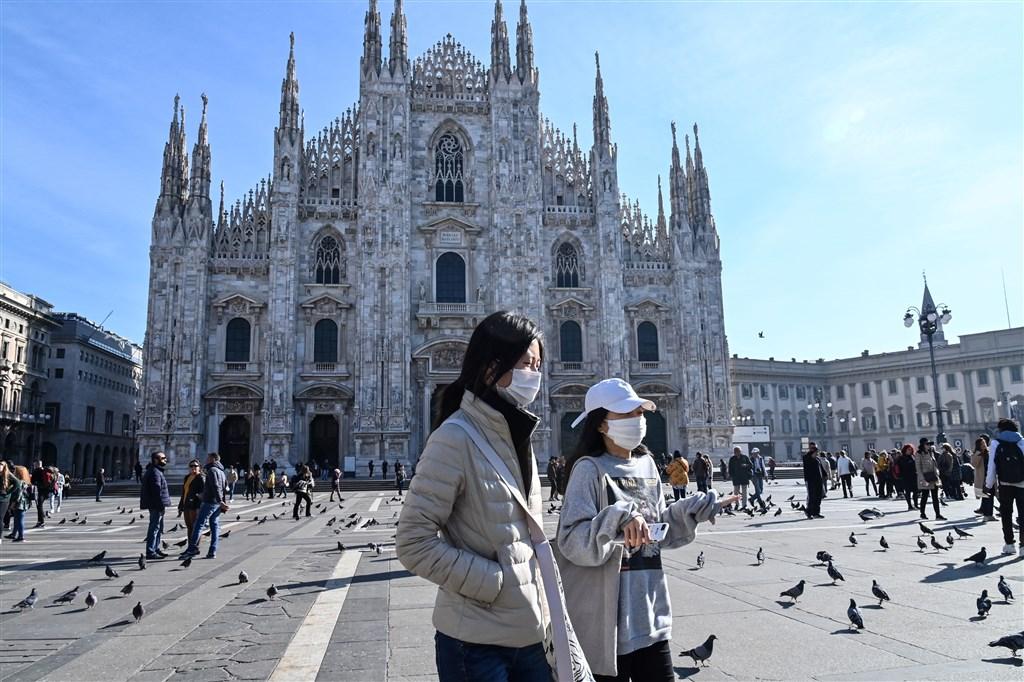 義大利武漢肺炎又奪4命,累計11死,確診總數增至322例。圖為許多米蘭遊客已戴上口罩。(法新社提供)