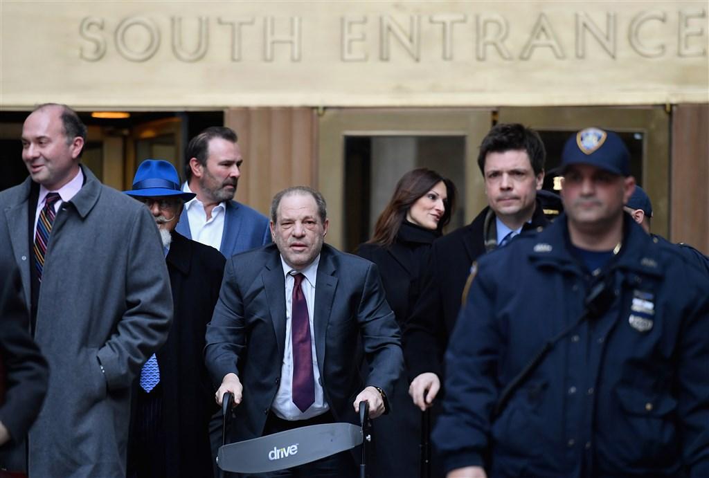 影壇大亨哈維溫斯坦(前中)性侵案24日判決出爐,兩項性犯罪罪名成立,最重恐入獄29年。圖為哈維溫斯坦20日離開法院。(法新社提供)
