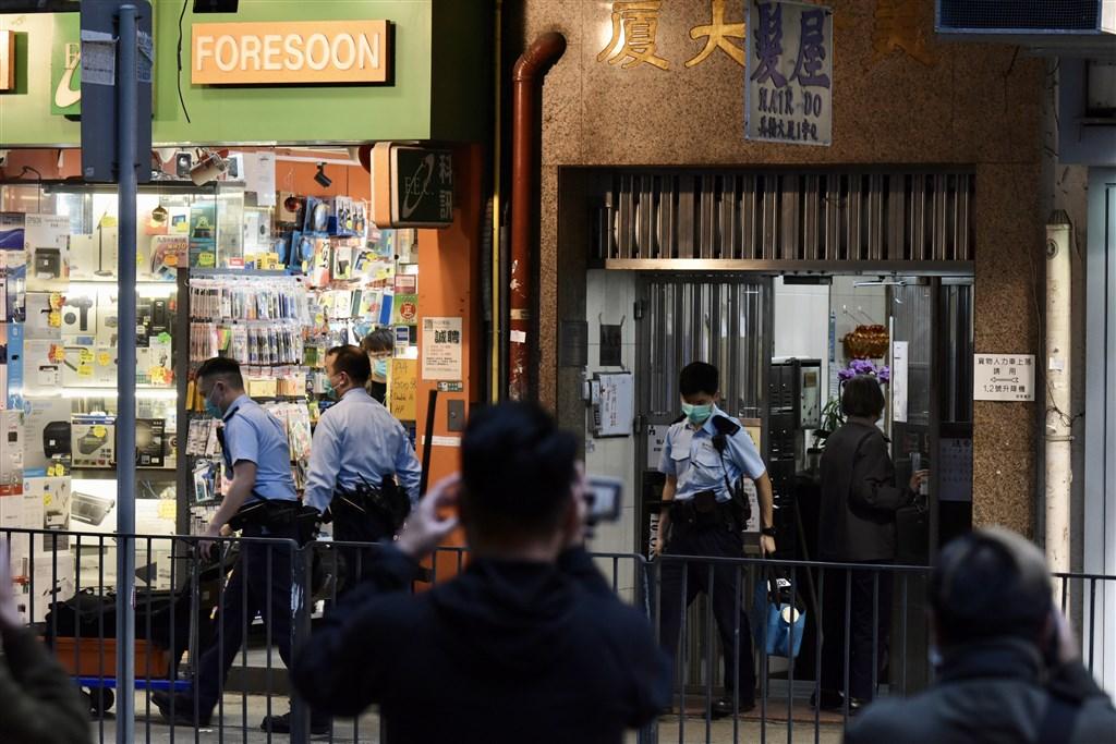 香港25日新增3名武漢肺炎確診病例,使累計確診病例數上升到84例,其中7例與近期爆發群聚感染的福慧精舍有關。圖為23日香港衛生防護人員進入佛堂消毒。(中新社提供)