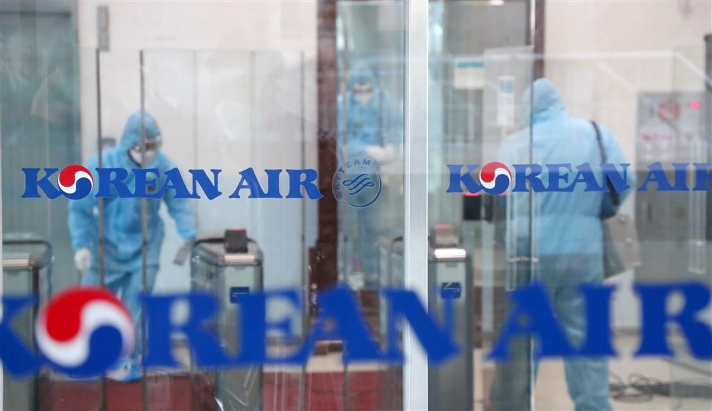 韓國中央防疫對策本部25日武漢肺炎確診病例累計達977例,一天內新增144例,新增1名死者為35歲蒙古男性,為外國人在韓確診後死亡首例。圖為25日大韓航空仁川運營中心因應疫情進行消毒作業。(韓聯社提供)