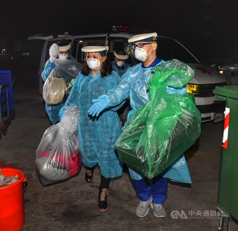 滯留中國湖北荊門的血友病少年(左1)和他母親(左2),24日晚搭乘長榮航空抵達台灣,隨即搭乘救護車往桃園署立醫院就醫隔離。中央社記者王飛華攝 109年2月25日