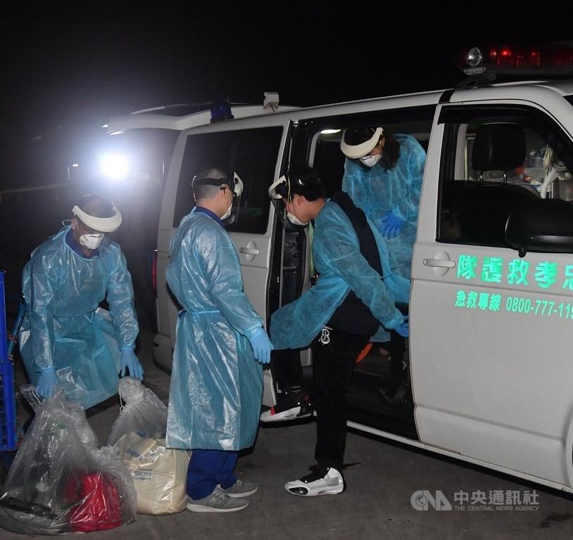 滯留中國湖北荊門的血友病少年(右2)和他母親(右1),24日晚搭乘長榮航空抵達台灣,隨即搭乘救護車往桃園署立醫院就醫隔離。中央社記者王飛華攝 109年2月25日