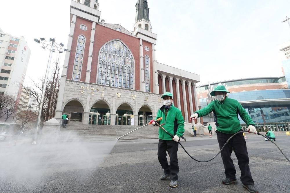 韓國中央防疫對策本部26日通報,截至下午4時,武漢肺炎確診病例累計1261例。(韓聯社提供)