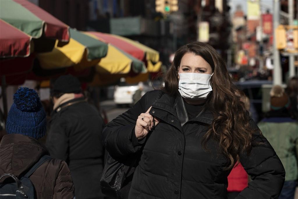 美國疾管中心25日表示,美國武漢肺炎確診總數達到57例。圖為紐約街頭民眾戴口罩防武漢肺炎。(檔案照片/美聯社)