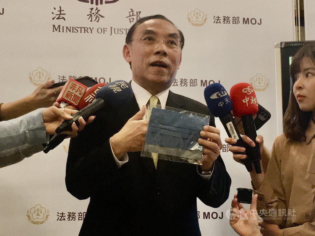 法務部長蔡清祥(圖)26日表示,矯正署近日安排收容人製作口罩套,一方面讓收容人學習一技之長,一方面提供適量口罩套供外界使用。中央社記者蕭博文攝 109年2月26日