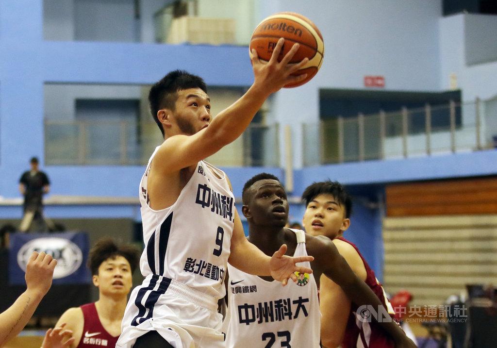 108學年度大專籃球聯賽(UBA)男子組8強賽26日繼續在台北體育館舉行,中州科大終場以74比67扳倒輔仁大學,其中陳柏宏(持球者)全場拿下12分。中央社記者張新偉攝 109年2月26日