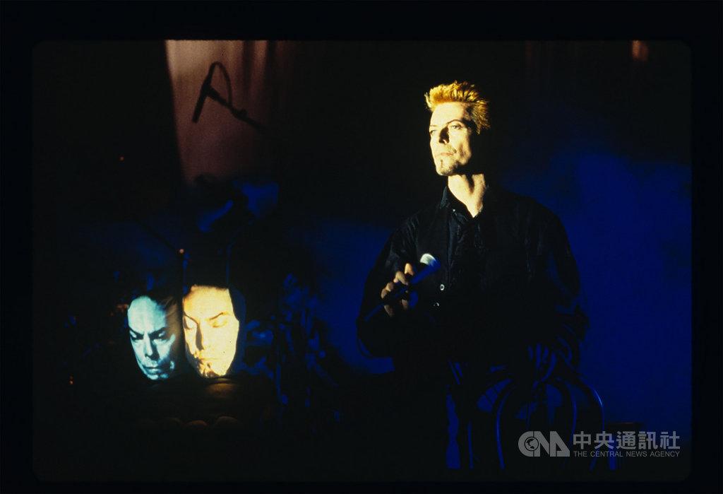 高雄市立美術館4月將推出「黑盒-幻魅於形:湯尼.奧斯勒」特展,湯尼.奧斯勒(Tony Oursler)是美國1970年代首批國際錄像藝術家之一,特展將呈現62件經典作品,其中包括他為已逝搖滾歌手大衛鮑伊製作的「鮑伊娃娃」(圖)。(Tony Oursler提供)中央社記者鄭景雯傳真 109年2月26日