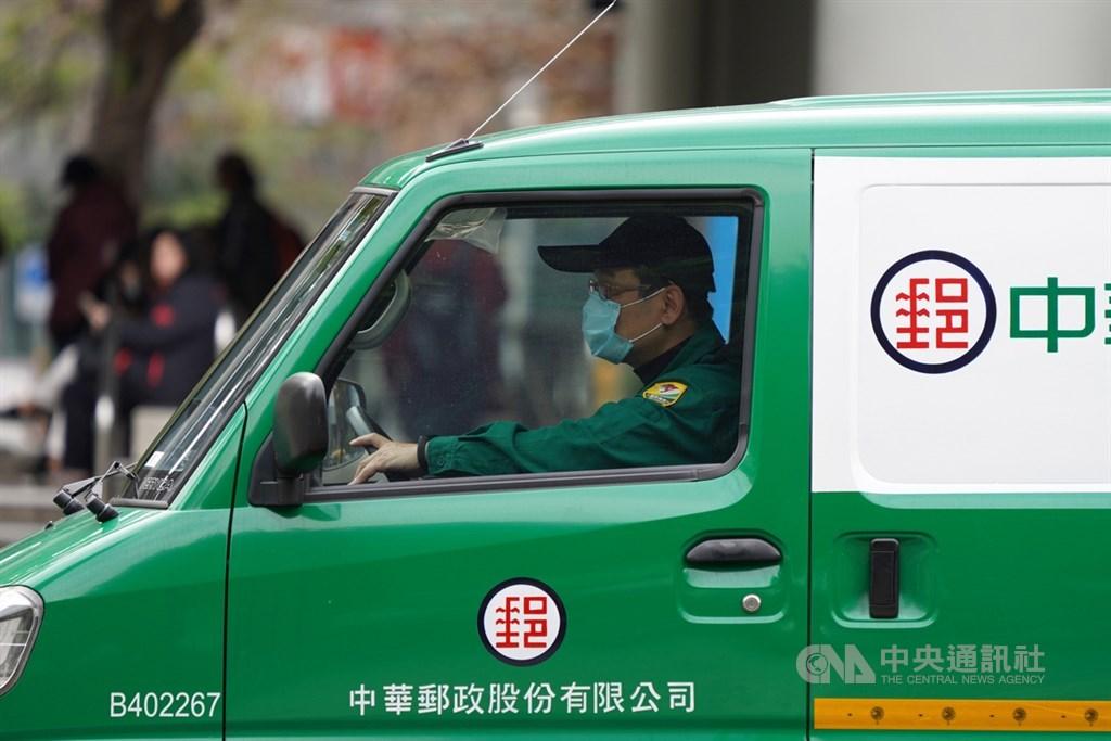 中華郵政郵務處長陳敬祥表示,受武漢肺炎影響來自中港澳的郵件減少很多,目前中華郵政針對來自中港澳的郵件,皆採取2次消毒。圖為中華郵政配送包裹。(中央社檔案照片)