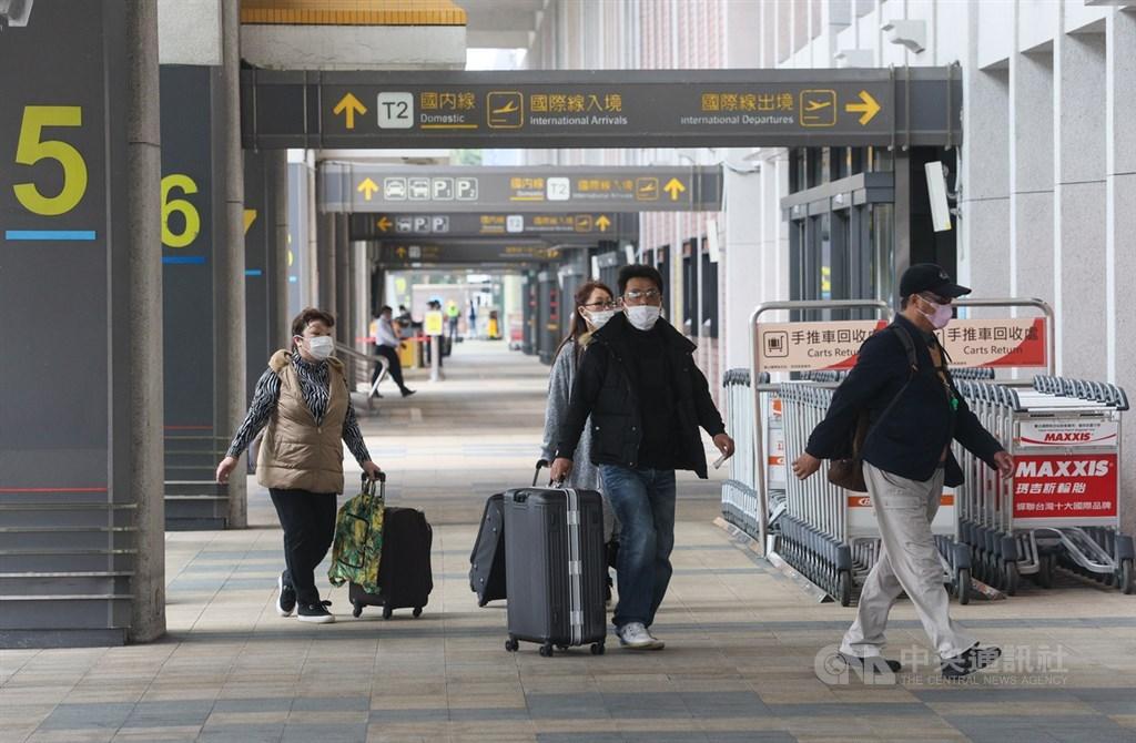 武漢肺炎疫情重創航空業,交通部長林佳龍爭取將振興抵用券納入航空業。圖為旅客戴口罩進出松山機場。(中央社檔案照片)