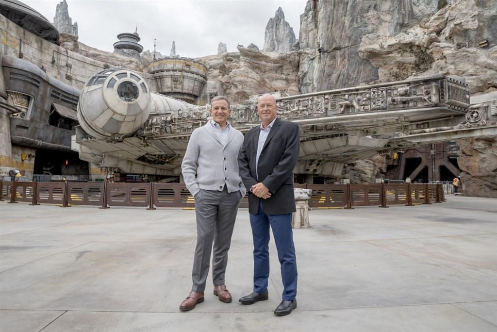 媒體娛樂巨擘迪士尼公司執行長艾格(左)帶領公司成為無庸置疑的好萊塢龍頭後,今天正式交棒給效力迪士尼27年的包正博(右)。(圖取自twitter.com/Disney)