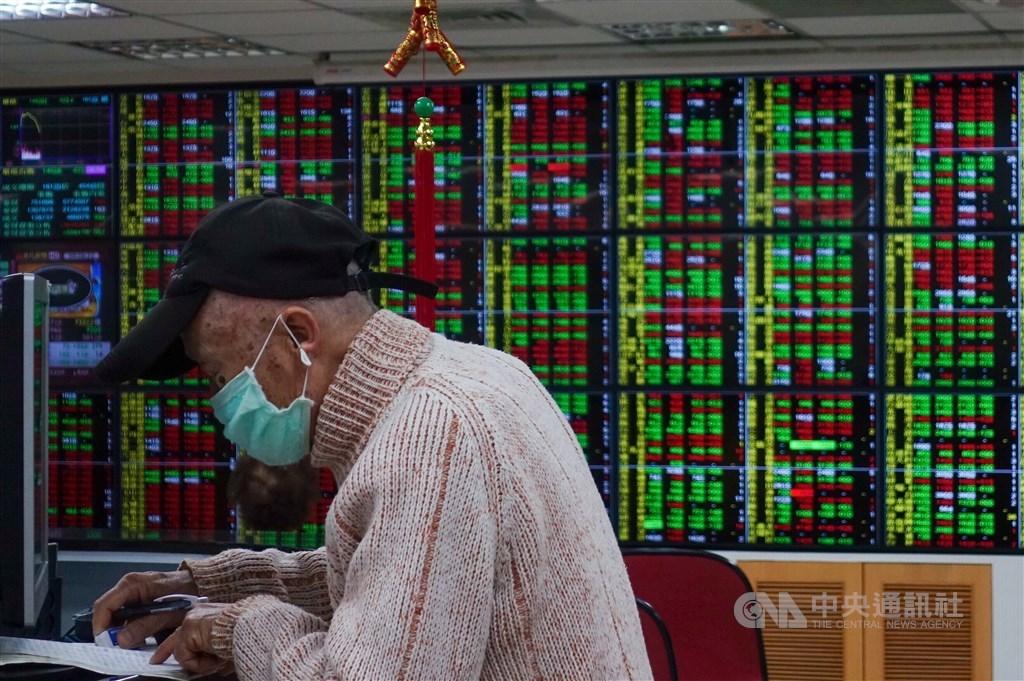 台灣證券交易所宣布,10月26日可於普通交易時段買賣零股,既有盤後零股交易仍依現行機制運作。(中央社檔案照片)